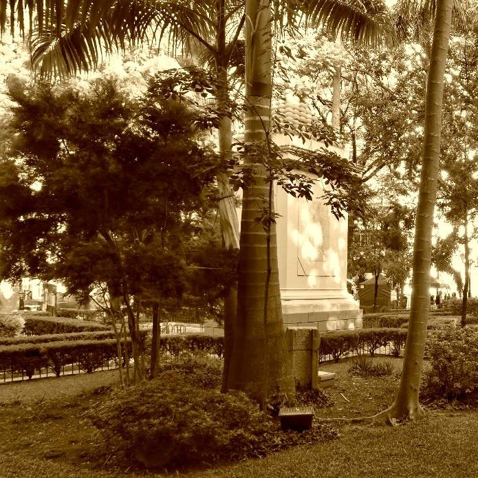 Jardim da Praça XV de Novembro e Monumento aos Mortos na Guerra do Paraguai (ao fundo)