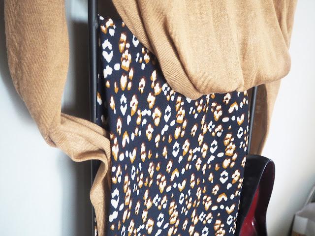 photo-look-jersey-camel-zara-pantalon-culotte-estampado-renatta-and-go-salon-azul