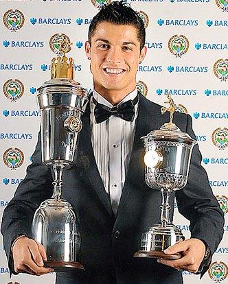 Foto de Cristiano Ronaldo con 2 copas de premio