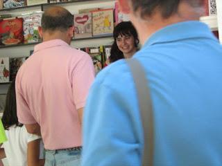 firmando en la feria del libro de Madrid