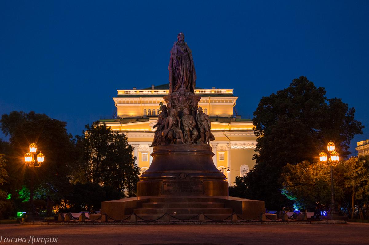 Памятник Екатерине ночью Питер фото