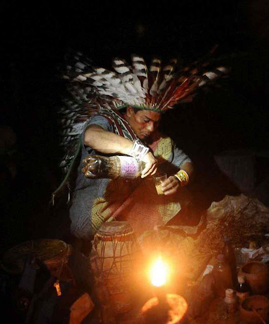 Bruxo prepara alucinogeno ayahuasca para ritual em Novo Segredo, Acre. Os 'brancos' deverão modelar o culto segundo misturas de crenças ecológicas esotéricas xamânicas indígenas para entrar em comunhão com a natureza.