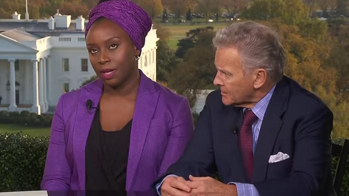 """Escritora nigeriana, que aparece na canção """"Flawless"""", discutiu sobre o racismo de Donald Trump em programa da BBC."""