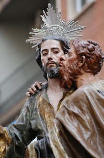 Photograph of a statue depicting Judas kissing Jesus.