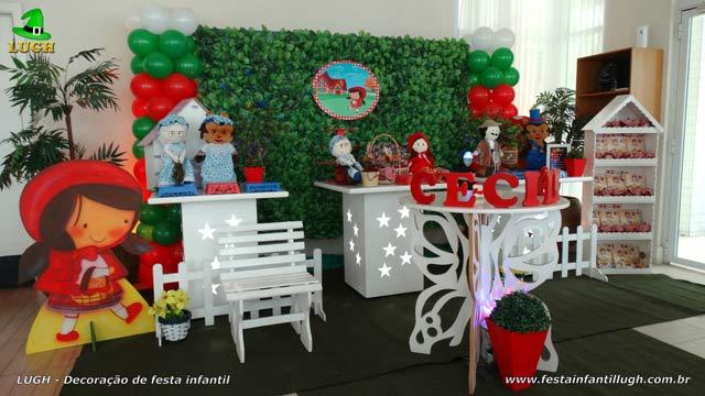 Decoração mesa provençal simples para festa de aniversário infantil Chapeuzinho Vermelho com muro inglês