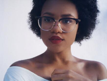 2a6725713d895 Não é nenhuma surpresa que para várias mulheres ficar de óculos é o mesmo  que se sentir menos atraente, e algumas até preferem ficar sem corrigir a  visão ...