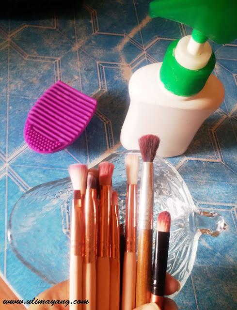 cara-mudah-mencuci-brush-make-up-kuas-tutorial-cara-membersihkan-kuas-make-up