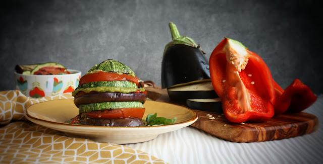 torretta di verdure grigliate con crema al basilico e pinoli.
