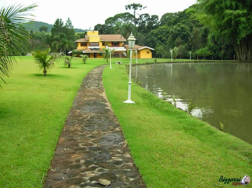 Caminho com pedra moledo, construção dos lagos com muro de pedra e execução do paisagismo em sítio em Nazaré Paulista-SP.