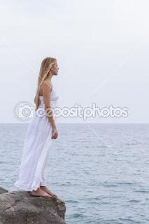 Νεαρή γυναίκα αγναντεύει το πέλαγος