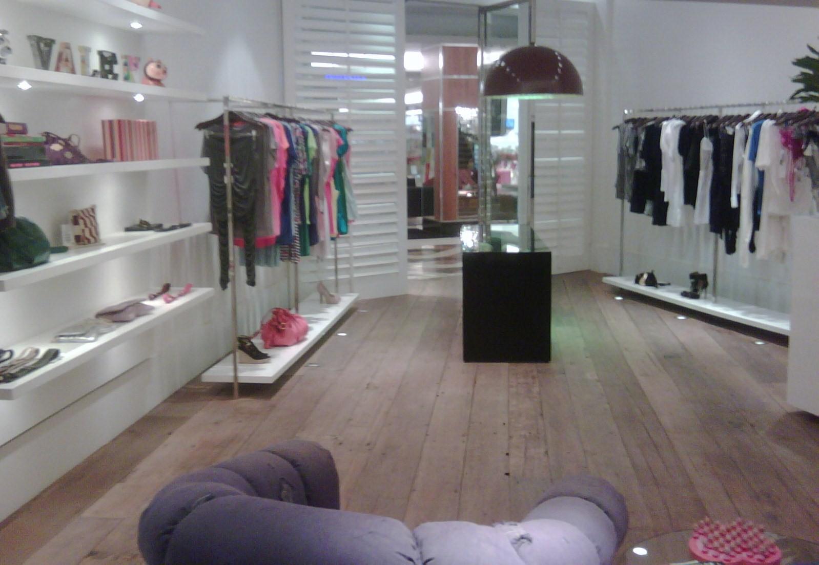 Clean: Consultoria de interiores: Como decorar uma loja de bijuterias #7F4C5A 1598x1103