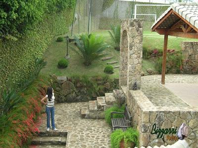 Escada de pedra, com pedra moledo, com o muro de pedra, o piso de pedra e o pórtico de pedra.