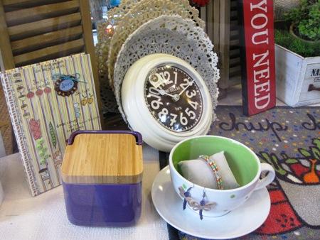Reloj, salero, tazón y bloc de cocina