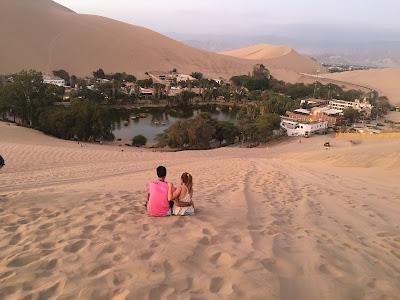 vista del oasis de la huacachina desde las dunas