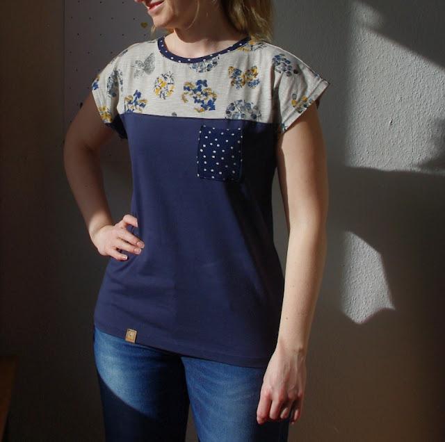 Frau mit Shirt Kimono Tee aus Jersey Blau mit Blumen Schnittmuster (Freebook) von MariaDenmark  selbst genähtes Damen Oberteil