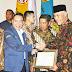Walikota Padang Terima Penghargaan Nasional Pembina Umum Terbaik