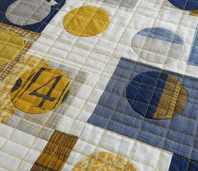 Luna Lovequilts - Quilty 365 - Machine quilting in progress - Uneven grid quilting design