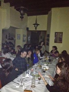 Τραπέζια αφού έχουν ανάψει τα φώτα σε Δείπνο της Κρήτης