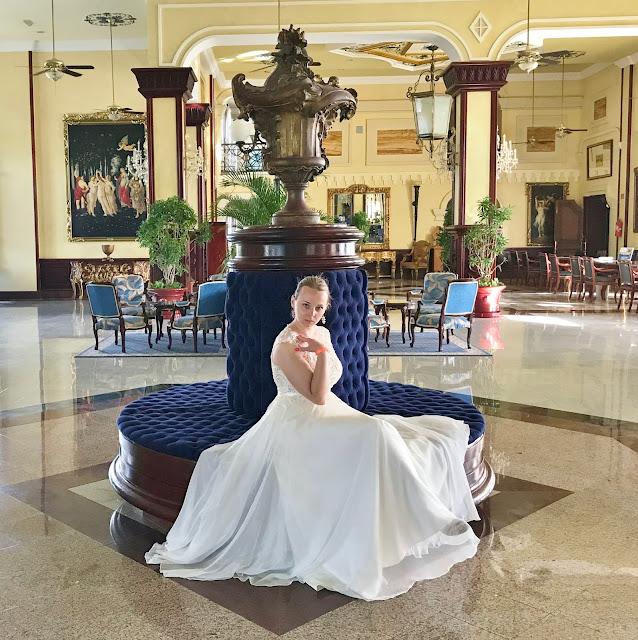 panna młoda w hotelu, eleganckie wnętrza suknia ślubna