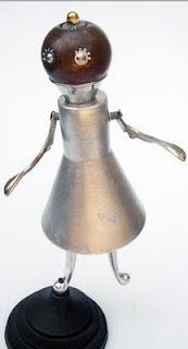 Robot hecho con material reciclado de metal