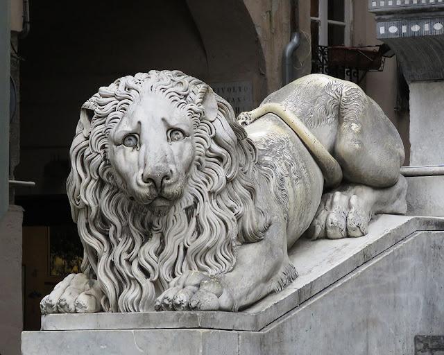 One of the two lions by Carlo Rubatto, Cattedrale di San Lorenzo, Piazza San Lorenzo, Genoa