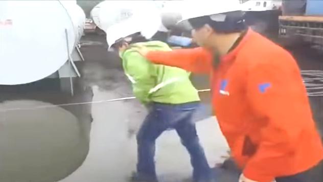 Súbdito chino empuja a un obrero boliviano en una  de las tantas construcciones  de carreteras adjudicadas a empresas de ese país  / RRSS