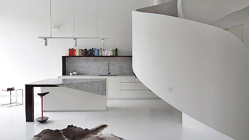 So wie Wände und Boden ist auch die Verkleidung der Treppen weiß