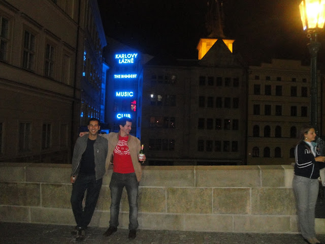 Contemplando a Paisagem! Ao fundo, a maior discoteca da Europa, a Karlovy Lázne - Praga - República Tcheca