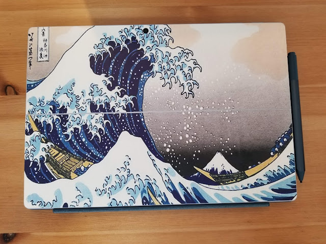 microsoft surface proの背面に葛飾北斎の絵を張っている画像
