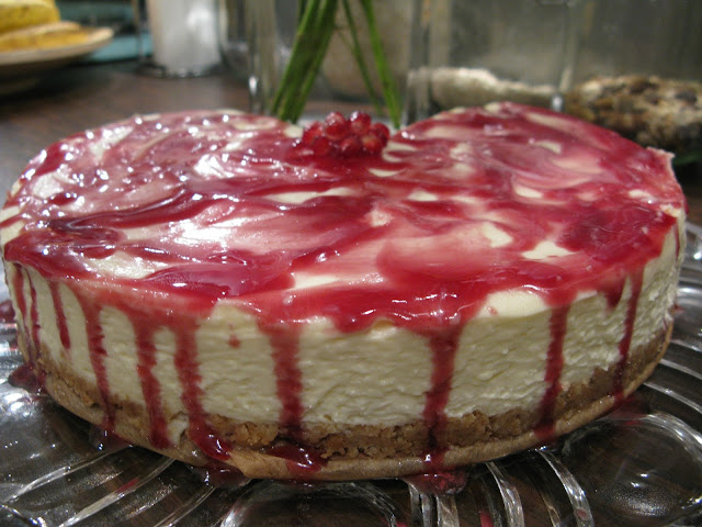 Weiße Schokoladentorte mit Granatapfel