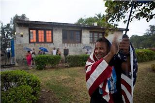un afrocubain applaudit le passage d'Obama