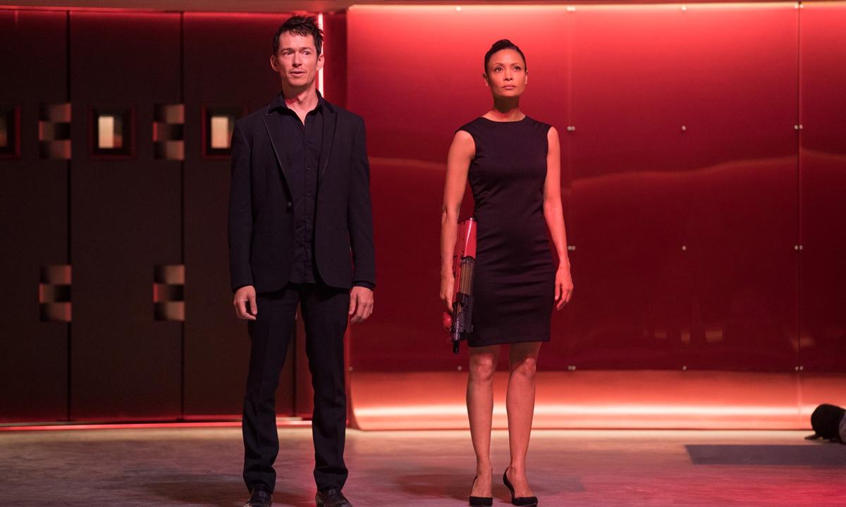 Maeve (Thandie Newton) y Lee (Simon Quarterman) en una escena de la segunda temporada de 'Westworld'
