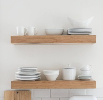 Rak piring kayu elegan - contoh rak dapur minimalis