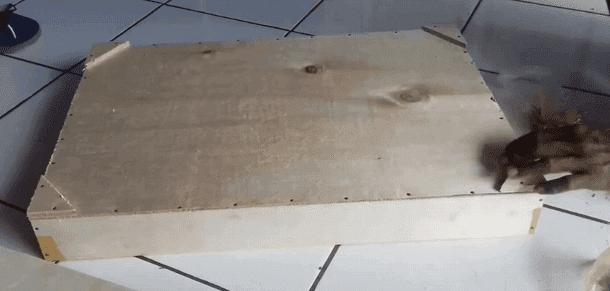 Memasang Kaki-kaki untuk Kotak Ulat Hongkong