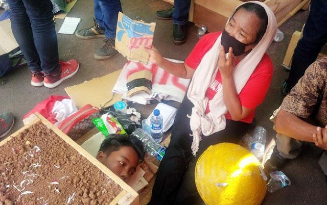 Di Hari Buruh, Petani Telukjambe Lakukan Aksi Ekstrem, Nih Fotonya
