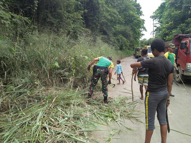 Bersama Warga, Satgas Pamtas Yonif PR 328 Kostrad Bersihkan Jalan Kampung Koya Koso