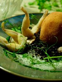 Maxime Léonard : Grenouilles, oeuf frit, risotto de lentilles beluga au gingembre et champignon