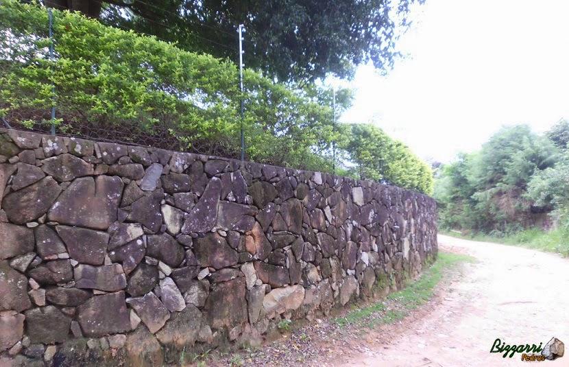 Para que o terreno ficasse mais plano executamos o muro de arrimo com pedra em toda a volta do terreno.