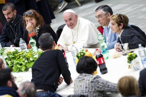 Papa Francisco almuerza con 1.500 personas indigentes