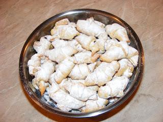 retete desert dulce reteta cornulete fragede cu gem si nuca,
