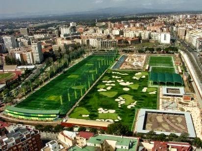 campo de golf con césped artificial en las ciudades