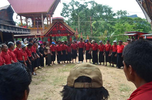 Ma'badong untuk menyambut para tamu dalam rangkaian Upacara Rambu Solok Tana Toraja || jelajahsuwanto