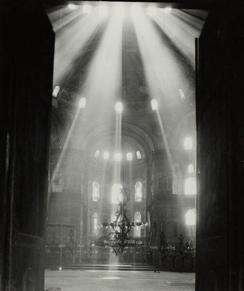 Уникальная фотография светового эффекта в храме Святой Софии в Стамбуле. Photo: Byzantine Institute, 1948