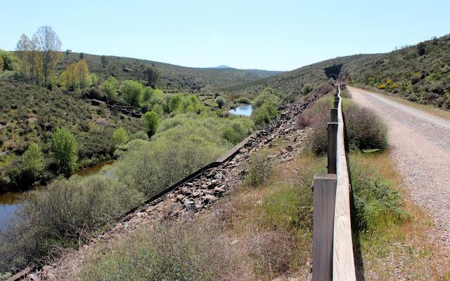Vía verde de la Jara paralela al río Huso