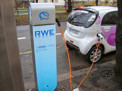 Recargando coche eléctrico, Berlín, Alemania, round the world, La vuelta al mundo de Asun y Ricardo, mundoporlibre.com