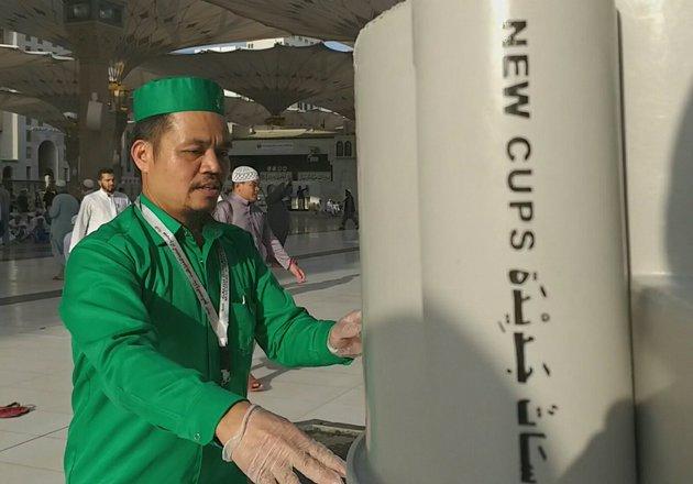 Kisah Mus, Orang Indonesia yang Telah 8 Tahun Menjaga Air Zamzam di Tanah Suci