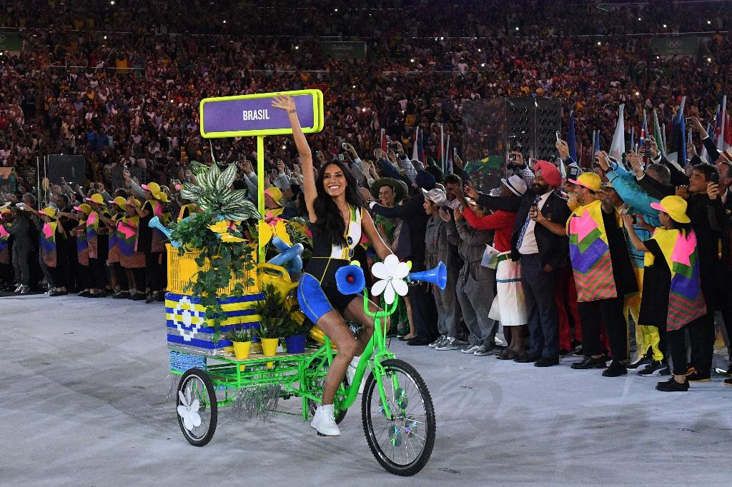 Com rápida aparição, Lea T. leva placa da delegação brasileira na Rio2016