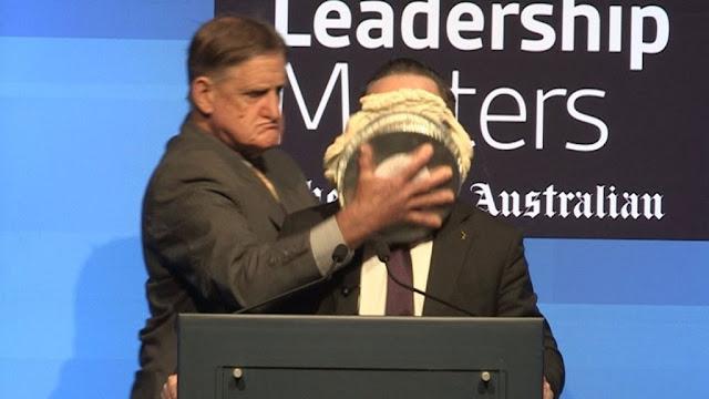 В Австралии неизвестный размазал торт по лицу главы авиакомпании Qantas