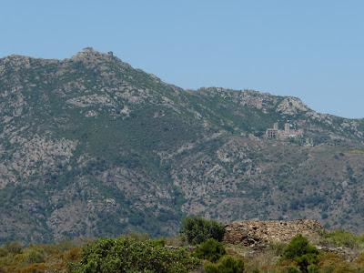 サン・ペラ・ダ・ローダス修道院とベルデラ城跡
