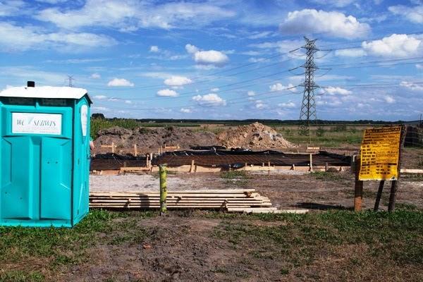 wykopy rozpoczynające budowę oraz wyposażenie budowy - ogrodzenie, toi toi i tablica informacyjna budowy